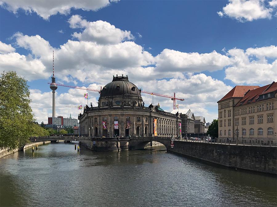 Blick auf die berühmte Museumsinsel mitten in Berlin, auf der ihr ein namhaftes Museum neben dem anderen findet.