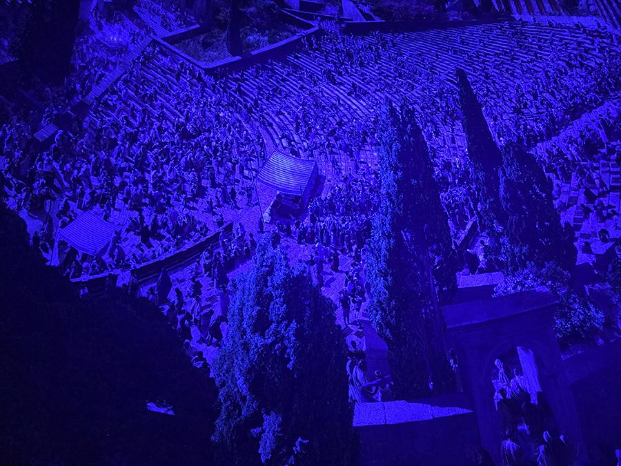 ...und so sieht dieselbe Bühne übrigens im Dunkeln nach Sonnenuntergang aus.